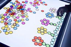 Dibujos con los discos metálicos translúcidos en la mesa de luz