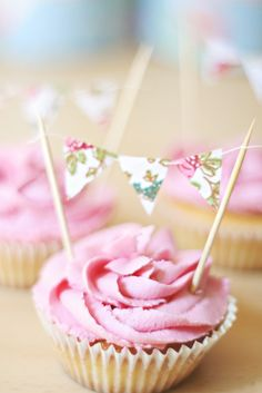 cupcakes with sweet bunting Cupcakes Rosa, Love Cupcakes, Yummy Cupcakes, Cupcake Cookies, Cupcake Toppers, Valentine Cupcakes, Cupcake Party, Birthday Cupcakes, Pretty Cakes