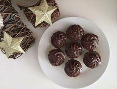 Desať receptov na obľúbené plnené košíčky | Tortyodmamy.sk Christmas Cookies, Rum, Desi, Place Cards, Place Card Holders, Candy, Chocolate, Food, Xmas Cookies
