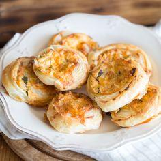 Diese kleinen Blätterteigschnecken sind mit würzigem Cheddar, knusprigem Bacon und feurigen Jalapeños gefüllt. Würzig und scharf!