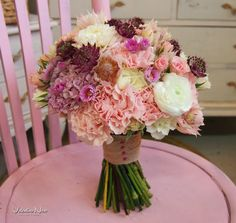 Ramo de novia en tonos rosados y blancos. Con ranunculos, clavel, astrantia, rosas de pitiminí