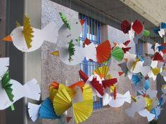 Fem volar coloms per a la Pau (imatge Tura Badosa) Easter Crafts For Kids, Preschool Crafts, Diy For Kids, Bird Crafts, Diy And Crafts, Paper Crafts, Class Decoration, School Decorations, School Age Crafts