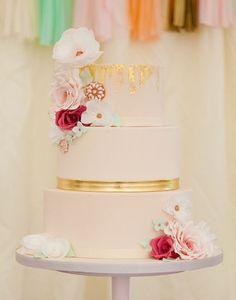 """Aqui, a """"cobertura de ouro"""" no topo do bolo é compatível com o jeito """"effortless"""" do estilo boho."""