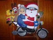 papa noel en moto bucilla Christmas Projects, Christmas Humor, Christmas Ideas, Felt Ornaments, Christmas Ornaments, Felt Wreath, Christmas Decorations, Holiday Decor, Christmas Pictures
