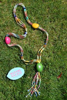 Collar de taguas realizado de manera artesanal por Madame Kalalú. Cuentas de varios colores y taguas de colores: amarilla, fucsia y verde. Ramillete de cuentas rematadas con ojos de Panamá. #altaartesania #exclusividad #madamekalalu (Ref. COTALO0011)