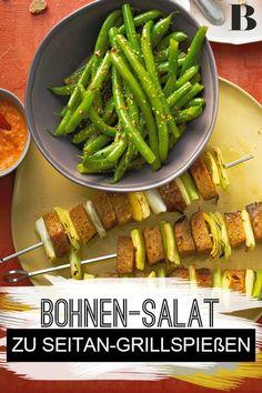 Seitan-Grillspie�e mit Bohnensalat. Veganes Grillrezept, das auch den Fleischliebhabern schmeckt, wenn ihr es als kleine Abwechslung auf dem Grill zubereitet. Der Clou: Knackige Paprikaschoten sorgen für Biss. #vegan #seitan #bohnen #grillen Seitan, Asparagus, Green Beans, Vegetables, Board, Party, Recipes, Red Peppers, Vegane Rezepte