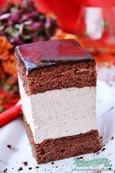Prajitura Rigo Jancsi, este o prajitura traditionala ungureasca cu o veche poveste …. . Nici nu stiu care este versiunea originala a acestei prajituri, fiecare o pregateste putin diferit. Unii prefera sa insiropeze blatul cu rom sau brandy, altii ca mine de exemplu prefera sa unga blatul cu dulceata, unii folosesc la crema ciocolata,