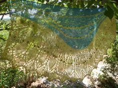 Merveilleux châle de saison en tricot dentelle, vert anis et turquoise ,aérien et féminin : Echarpe, foulard, cravate par marie-french-touch