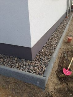 Share this with friends.Preparing a splash guard strip of gravel The gravel strip is to prevent the pollution of the facade in the rain and looks elegant. Today I have finally dedicated myself to the outdoor area again. My plan is to work my way out Home Landscaping, Outdoor Living, Outdoor Decor, Backyard Patio, Garden Paths, Garden Projects, Garden Inspiration, Outdoor Gardens, Landscape Design