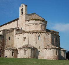 Abbazia di Santa Maria a piè di Chienti, Montecosaro wurde im 10. Jahrhundert gegründet und bis 1477 unterstand der Farfa Abtei. Es wurde dann von Papst Sixtus IV zum Krankenhaus dem Ospedale di Santa Maria della Pietà of Camerino geben. Im Laufe der Zeit gab es eine Reihe von Sanierungen' der wichtigsten war die Arbeit in 1125 durch den Abt Agenolfo, der die höheren Teile der Kirche wieder aufgebaut hat. Die jüngste Renovierung in die 1920er Jahre führte zu der sein heutiges Aussehen.