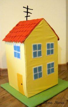 Casa Peppa Pig, em tricoline (algodão) amarelo, porta, janelas e telhado em feltro, base de apoio.  Tamanho - 27 cm x 22 cm e 45 de altura.