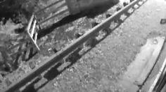 Đoạn clip đã ghi lại cảnh cô gái trẻ 17 tuổi bị xe buýt đâm trực diện khiến ai xem cũng phải rùng mình.