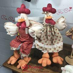 O casal mais lindo: Galo Velho e sua Cocótinha dando o ar da graça... Quem aí gosta de galinha? decorar a casa e fazer artes com esses…