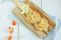 Het recept van de havermoutbroodjes is als basis gebruikt voor deze heerlijk hartige kaas uien havermoutbroodjes. Lekker voor de lunch of bij een kop soep.