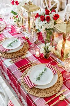 Style your holiday tablescape with these ideas for Christmas Table Decorations from twinkling lights to gorgeous holiday floral arrangements! Christmas Dining Table, Christmas Table Settings, Christmas Tablescapes, Christmas Table Decorations, Holiday Tables, Decoration Table, Holiday Decor, Centrepiece Ideas, Tree Decorations