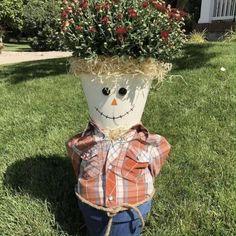 Scarecrow Crafts, Halloween Crafts, Halloween Decorations, Scarecrow Ideas, Make A Scarecrow, Halloween Flowers, Vintage Halloween, Halloween Party, Scarecrows For Garden