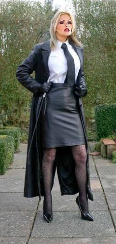 """firerope: """"femaledominatrix: """"mistress in leather/ """" If only """" Elegantes Outfit Frau, Mode Latex, Long Leather Coat, Long Leather Skirt, Leder Outfits, Fetish Fashion, Leather Dresses, Mistress, Leather Fashion"""