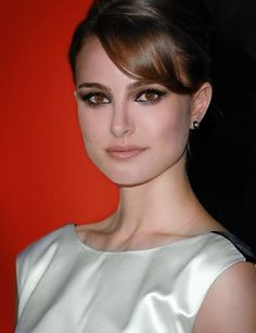 Natalie Portman - Love her makeup and simple black and white dress!