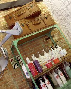 mueble champus, lavacabezas, retro, verde, mueble hierro, barcelona, zona de tall, hairdresser, peluqueria, retro suitcase, old suitcase, maletas antiguas, blancoazabache interiorismo