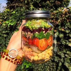 Ensalada en un jarro, perfecta par llevar a todos lados. Esta tiene: garbanzos, pepinos agridulces caseros, tomates, cilantro, semillas de maravilla (girasol), betarraga y lechuga. Para mas recetas e ideas visita mi nueva web www.sweetfran.cl