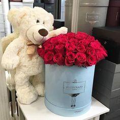 Taki dzień miłości dziś 💕🌹 róże i błękitny wielki box 🌹idealnie #love #flowerbox #flowers #rosesinbox #fortunato #warszawa #kwiaciarnia #flowerbox #floweroftheday #poweroflove #ślub