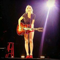 Taylor can you sing to me! Taylor Swift Videos, Taylor Alison Swift, Loving Him Was Red, Love Her, Red Taylor, Swift 3, Red Tour, Sing To Me, She Song
