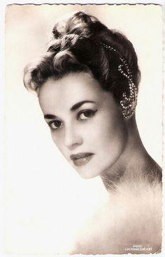 That headpiece is amazing!  (Jeanne Moreau)