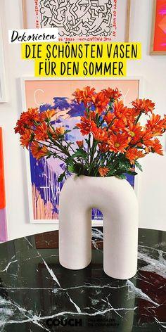 Ganz egal ob klein oder groß, eckig oder rund, aus Glas oder Porzellan – Wir lieben Vasen! Die vielen tollen Dekoideen unserer Community-Mitglieder zeigen dir, warum! 📸lillyschoen Keramik Vase, Canning, Flower Borders, Vase Ideas, Single Flowers, Vintage Vases, White Ceramics, Glass Vase, Home Canning