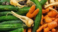 I dag, fredag, börjar Coop sälja fula grönsaker. Satsningen är ett led i matkedjans arbete för att minska matsvinnet. – En tvåbarnsfamilj slänger varje år mat för ungefär 6 000 kronor, säger Louise König, hållbarhetschef.