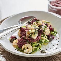 Heute sehen deine Zoodles rot! Der Grund: Sie landen mit Kräuter-Garnelen, Kürbiskernen und selbstgemachtem Rote-Bete-Pesto auf dem Teller.
