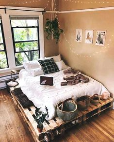 Cozy Bedroom Decor Idea Trends To be Warm This Winter for 2020 home design, home decorations, cozy warm home decor ideas, cozy bedroom ideas for teen, bedroom ideas trends for boho bedroom design decor bedroom cozy Tumblr Bedroom Decor, Bohemian Bedroom Decor, Bedroom Inspo, Boho Decor, Dream Rooms, Dream Bedroom, Teen Bedroom, Diy Pallet Bed, Bed Pallets
