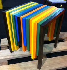 Mesa Lateral CODE da Tremarin Móveis . Mede 50 x 50 x 60 cm e é feita de madeira maciça Jequitibá laqueada. Design de André Cruz. Na Abup Show