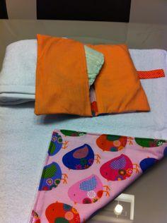Cambiador, toalla de recambio y detalle de los bolsillos del portapañales.