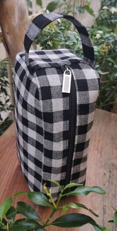 Schwarz/weiße Kosmetiktasche im Schbrettmuster. Hergestellt aus Bio-Baumwolle in Handarbeit Indigo, Diaper Bag, Make Up, Backpacks, Bags, Fashion, Dopp Kit, Handarbeit, Cotton