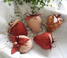 Fünf Erdbeeren im Landhaus-Stil- Dekoration von Feinerlei auf DaWanda.com
