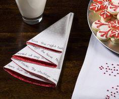 Falten Sie die Serviette an Weihnachten zu einem Tannenbaum