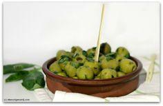 Olijven marineren met honing, citroen en basilicum #olives super yummy olijven waarvan je de marinade zelf maakt.