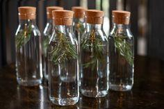Bere una tazza di acqua al rosmarino al giorno è in grado di aumentare la nostra capacità di memorizzare informazioni fino al 15%. Healthy Tips, Healthy Eating, Plantar, The Cure, Homemade, Bottle, Anatomy, Wellness, Gardening