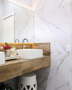 A nobreza e elegância do porcelanato Mont Blanc ganham as paredes neste projeto. #elianerevestimentos #eliane #banheiro #bathroom #lavabo #porcelanato #instadecor #interiores #montblanc #arquitetura #interiores