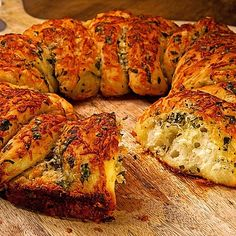 Selbstgebackenes Knoblauchbrot Home-baked garlic bread from Chef-Video Pizza Snacks, Healthy Summer Dinner Recipes, Healthy Dinner Recipes, Homemade Garlic Bread, Baked Garlic, Healthy Breakfast Smoothies, Easy Baking Recipes, Easy Casserole Recipes, Limoncello