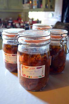 La meilleure recette de DAUBE DE BOEUF EN CONSERVE! L'essayer, c'est l'adopter! 5.0/5 (1 vote), 5 Commentaires. Ingrédients: Ingrédients - 3 kgs de bœuf (collier, poitrine, queue de bœuf), - 3l de vin rouge corsé, - 1 paquet de lardons (300g) , - 5 ou 6 carottes, - 1 morceau de céleri branche, - Champignons de Paris, - 2 oignons, laurier, thym, 1 gousse d'ail, - Sel, poivre, muscade, clous de girofle, coriandre, - 3 bouillons cubes, - 1 l d'eau chaude,