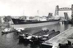 19 augustus 1959 in de Koningshaven verhalen bouwwerf  voor proefvaarten op de Noordzee ESSO ROTTERDAM  http://vervlogentijden.blogspot.nl/2015/04/elke-dag-een-nederlands-schip-uit-het_5.html