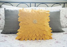 Bee-u-ti-ful Felt Sunflower Pillow: Free Tutorial...absolutely love this!!