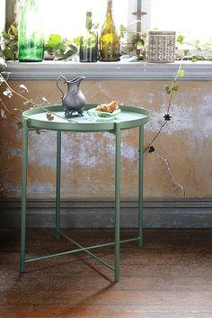 Το τραπέζι με δίσκο GLADOM είναι φτιαγμένο από ένα ανθεκτικό μέταλλο σε απαλές αποχρώσεις κίτρινου ή πράσινου. Μπορείτε να χρησιμοποιήσετε τον αφαιρούμενο δίσκο είτε ως διακοσμητικό στο πάτωμα είτε για σερβίρισμα.