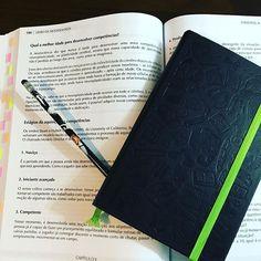 Use objetos que você ama para se aprimorar na carreira. Flags marcando partes importantes de livros e apostilas, cadernos que você goste, lápis bonitinho. Faz toda a diferença! (Na foto: apostila do curso de coaching, Moleskine Evernote e lápis do Harry Potter ✏️) #vidaorganizada