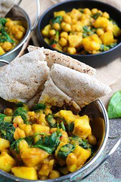 Curry di Patate, Ceci e Spinaci - a Veg Taste from A to Z Chickpea Recipes, Vegan Recipes Easy, Light Recipes, Vegetarian Recipes, Cooking Recipes, Chickpeas Spinach Recipe, Vitamins For Vegetarians, Humble Potato, Planning Menu