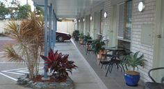 Twin Towns Motel Tweed Heads Twin Towns Motel is located opposite the Tweed River, just 6 kilometres from Coolangatta International Airport. It features an outdoor swimming pool, free parking and free Wi-Fi internet access.