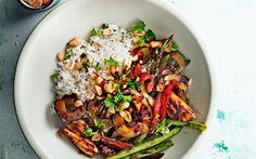 Welke groente eten we het meest? Janneke maakte een top tien van de meest populaire groente. Vandaag wokgroente met kipdijfilet en pinda's