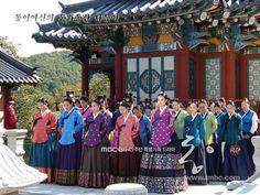 The death of Jang Hee Bin reminds me of Bi Dam's death Inwon meets the Inner Court Dong Yi and all Sukjong's women Inwon is. Korean Traditional, Traditional Outfits, Korean Instruments, Cinderella Cosplay, Korea Dress, Dong Yi, Korean Drama Series, Korean Hanbok, Korean Actors