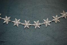 manualidad de guirnalda con copos de nieve, muy fácil de hacer #manualidades #navidad #decoracion #DIY #ideas